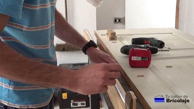 repartiendo el espacio del listón para colocar tarugos, espigas o tubillone y tornillos para madera