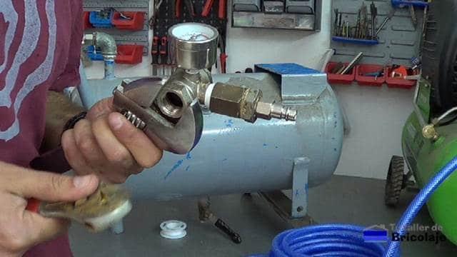 añadiendo un manómetro al compresor a reciclar para saber sus presiones