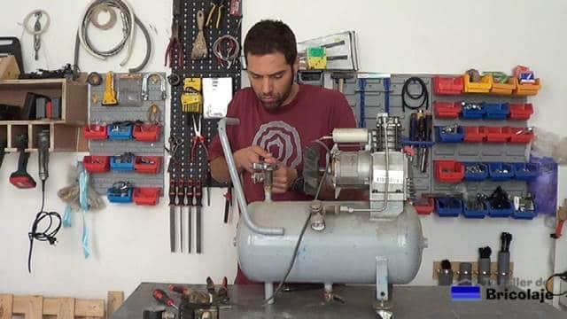 retirando las piezas que forman el compresor estropeado