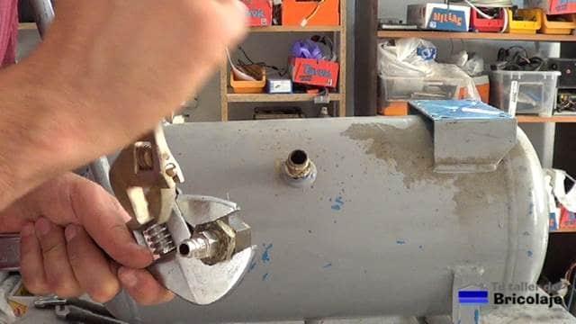 añadiendo las tomas necesarias para aprovechar el depósito del viejo compresor