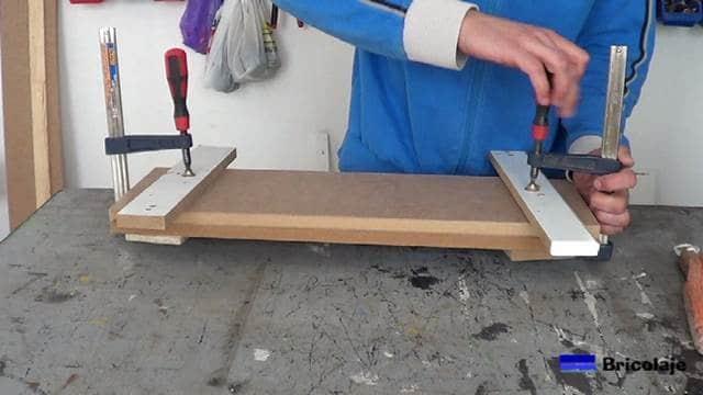 sujetando las maderas mediante sargentos hasta esperar el tiempo de secado indicdo por el fabricante de la cola