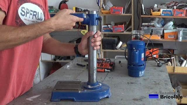 retirando la mesa de taladrar del taladro de columna