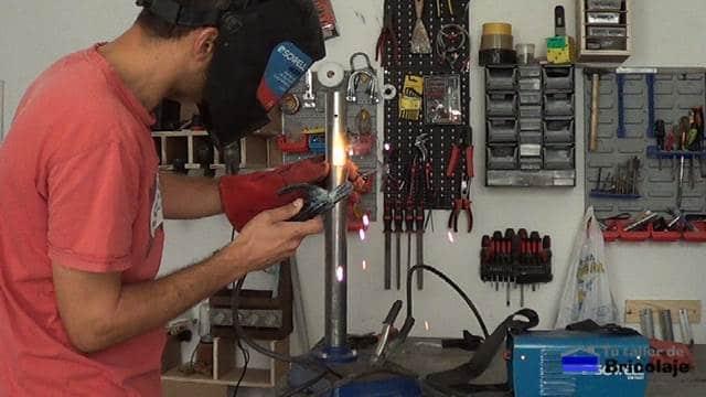 punteando el nuevo tubo mediante soldadura