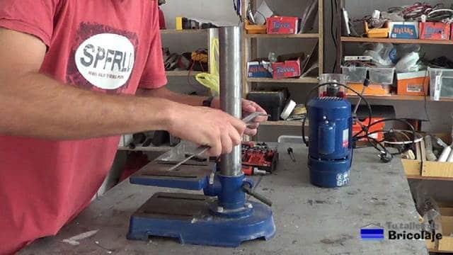 tomando la medida del diámetro del tubo del taladro de columna
