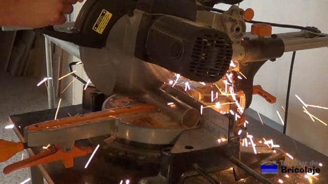 cortando un trozo de tubo de 15 cms