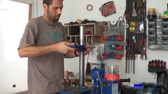 colocando la mesa de taladrar del taladro de columna
