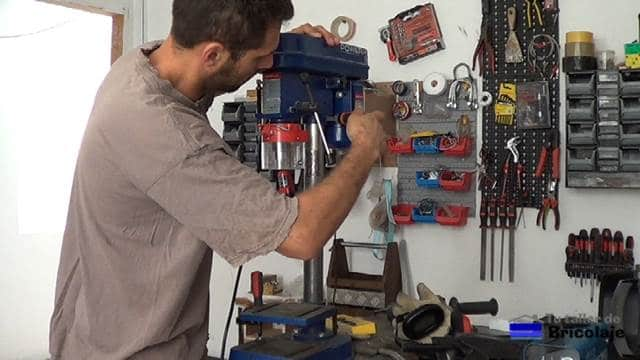 aflojando los tornillos prisioneros para poder retirar el cabezal del taladro de columna