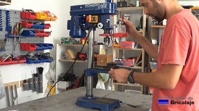 perforando el taco de madera después de modificar el taladro de columna