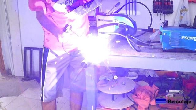 soldando la extensión al taladro de columna