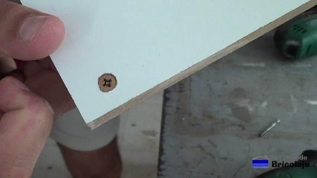 tornillo embutido en la madera gracias al avellanado