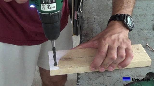 avellanando el agujero con broca del diámetro de la cabeza del tornillo