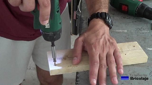 colocando el tornillo en el agujero avellanado