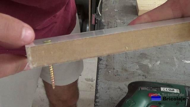 cabeza del tornillo que sobresale en la madera