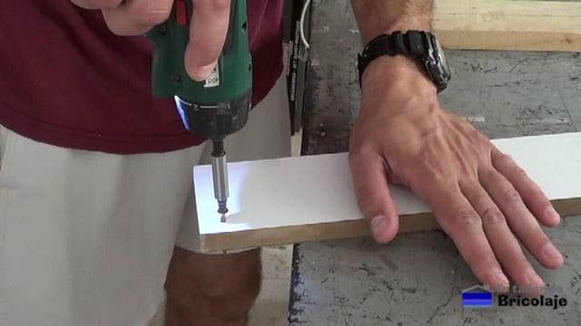 presentando el tornillo en el agujero