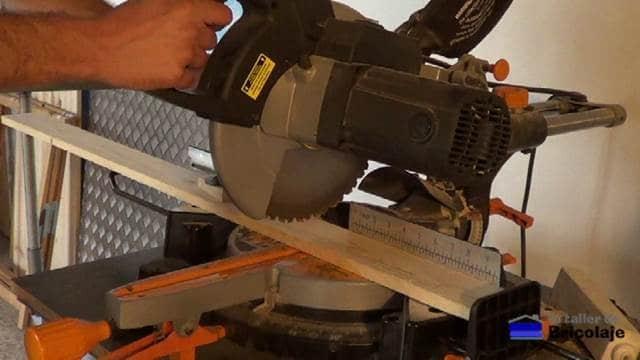 cortando la madera de palé