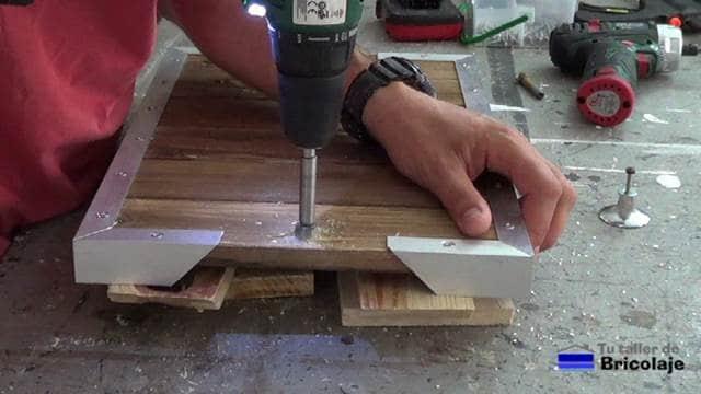 pasando una broca de cazoleta para insertar una arandela y la tuerca para sujetar el pomo