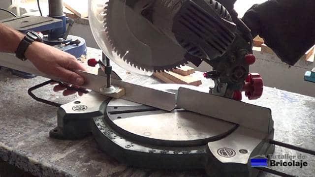 cortando a inglete los ángulos de aluminio