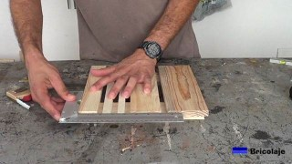 escuadrando la madera que formara la base con ruedas para macetas