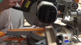 cortando la madera para hacer la base con ruedas para macetas