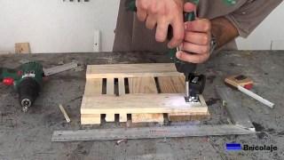 sujentado las ruedas a la base con tornillos