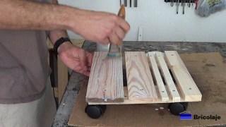 aplicando tapaporos a la base para macetas con ruedas