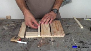 presentando los trozos de madera que formarán la base con ruedas para macetas