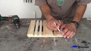 marcando el lugar donde sujetar las madera