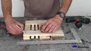 marcando el lugar donde colocar las ruedas a la base