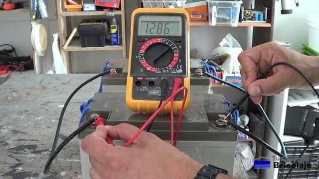 el resutaldo de conectarlas en paralelo: mantenemos el voltaje y aumentamos el amperaje