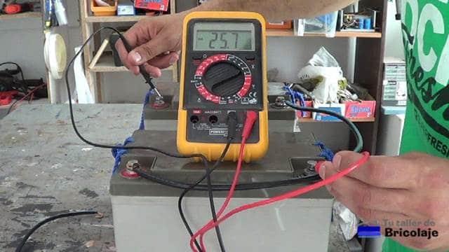 el resultado de conectarlas en serie: aumentamos el voltaje y mantenemos el amperaje
