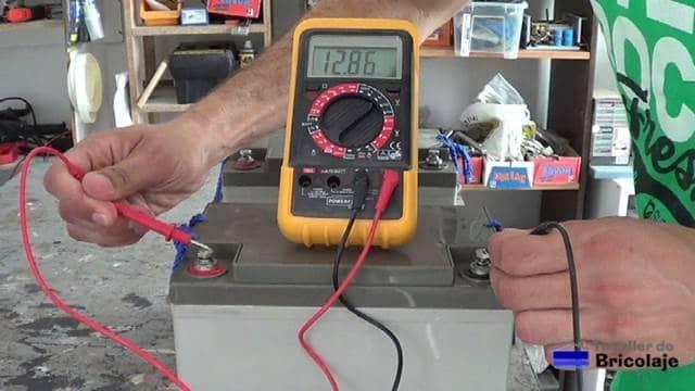 comprobando el voltaje de una batería