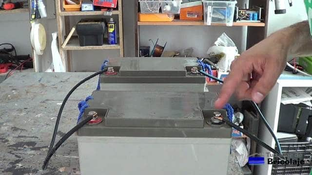 realizando las conexiones de las baterías en paralelo