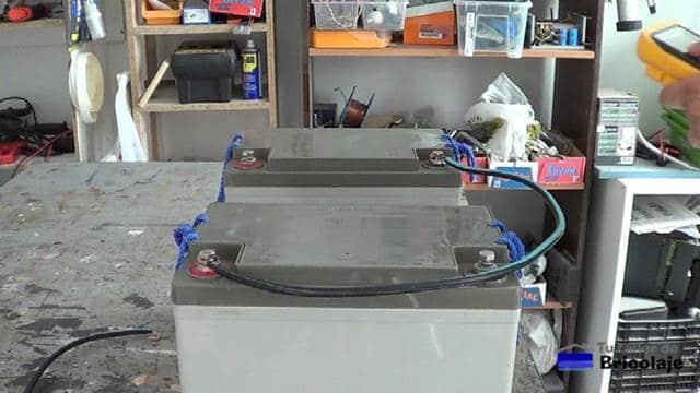 realizando las conexiones de las baterías en serie