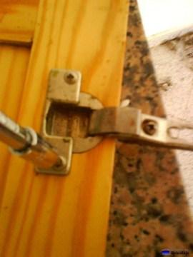 sujetando la bisagra de cazoleta a la puerta de la cocina
