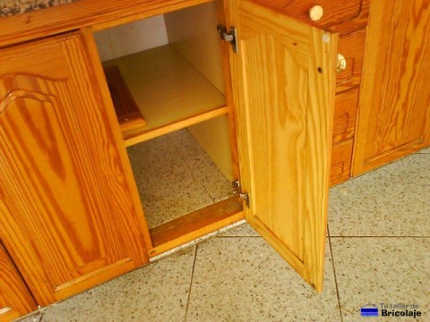 trabajo terminado: nuevas bisagras de cocina colocadas