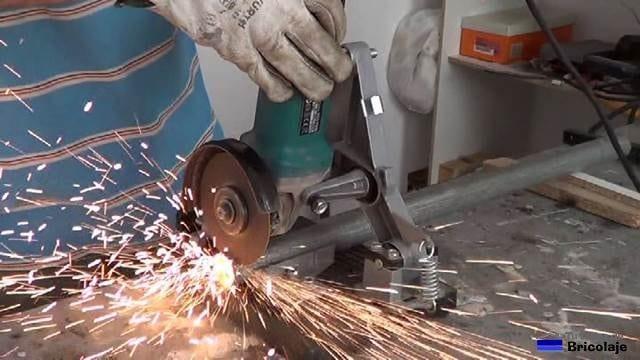 cortando un trozo de tubo