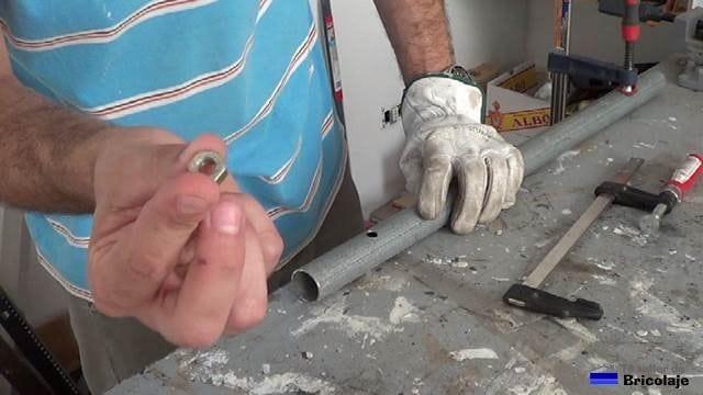 tornillo a soldar sobre el agujero realizado en el tubo