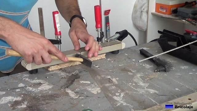 alineando los trozos de hierro para soldarlos