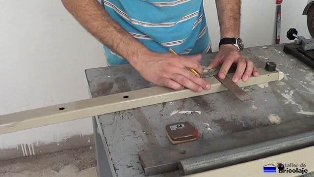 marcando para cortar un trozo de hierro para fabricar las patas para la burra o caballete