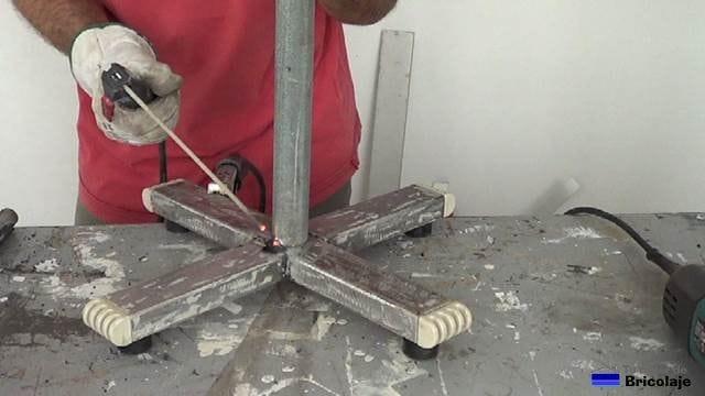 soldando el tubo a la pata