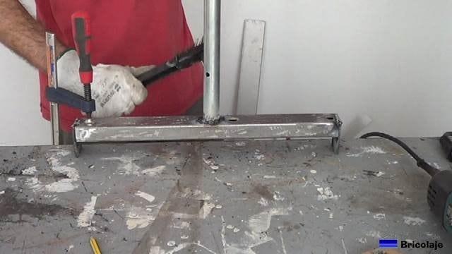 retirando la escoria con el martillo