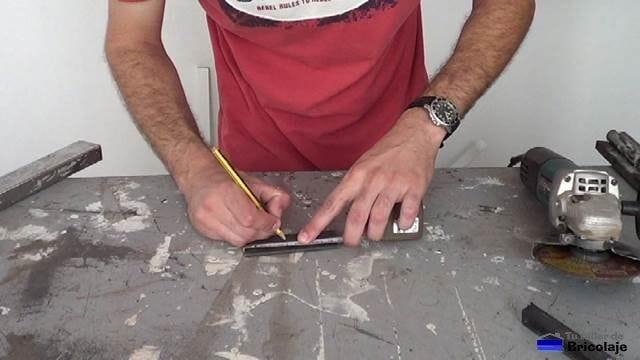 marcando el trozo de pletina a cortar con la amoladora o radial