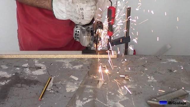 cortando un trozo de pletina de hierro