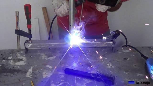 soldando el tubo al cuadradillo de soporte de objetos