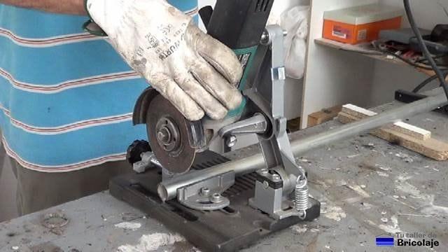cortando un trozo de tubo de diámetro inferior al instalado