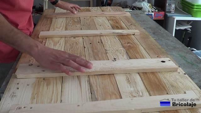 listones de madera en la trasera para hacer el cabecero para la cama listones de madera en la trasera para hacer el cabecero para la cama