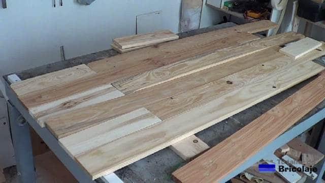 presentando parte de la madera de palets para hacer el cabecero
