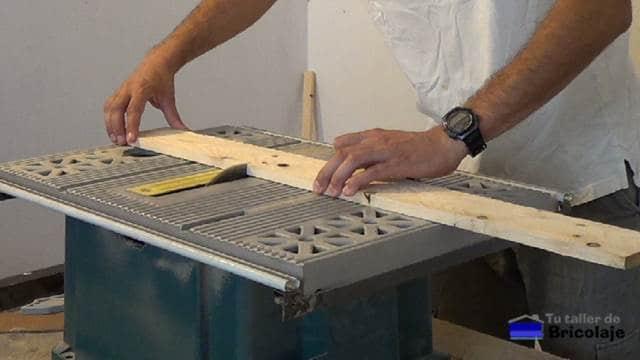 cortando la madera de palets