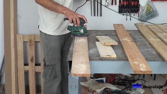 lijando toda la madera que formará el cabecero de madera de palets