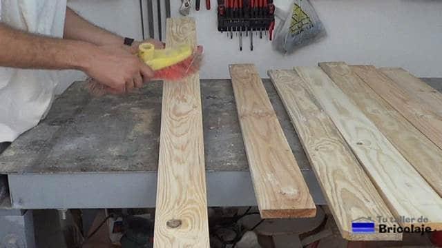 limpiando la madera para aplicar el tapaporos
